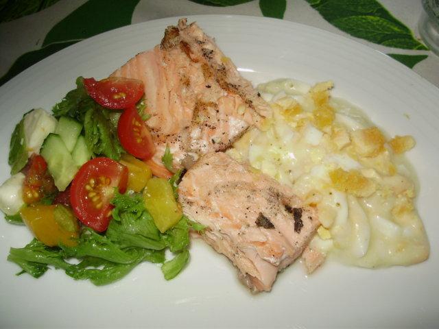 Grillattua Lohifilettä, Kanamunakastiketta ja Salaattia 1