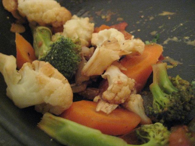 Paistettua tofua ja lime-feta-kasvishöystöä