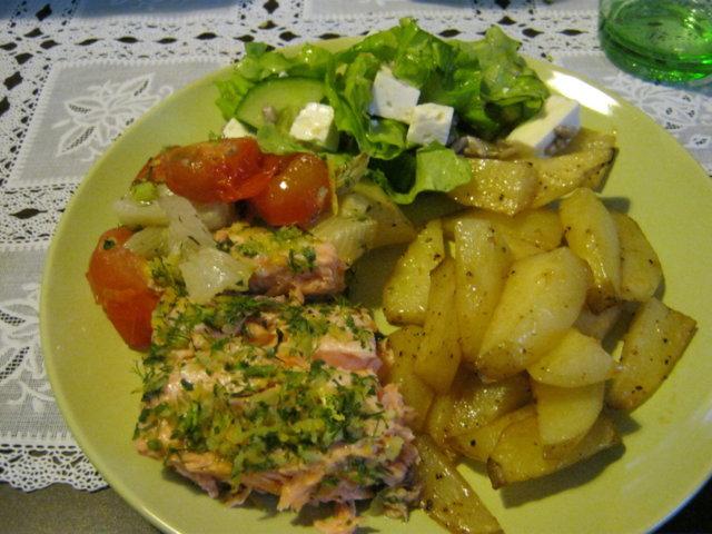 Uunilohi, lohkoperunat ja raikas salaatti 1