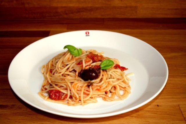 Spaghetti alla puttanesca (ilotytön pasta) 1