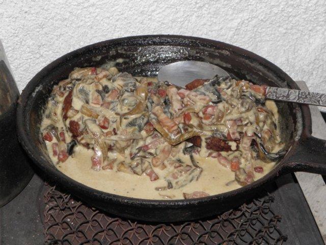 Pekoni-suppilovahverokastike