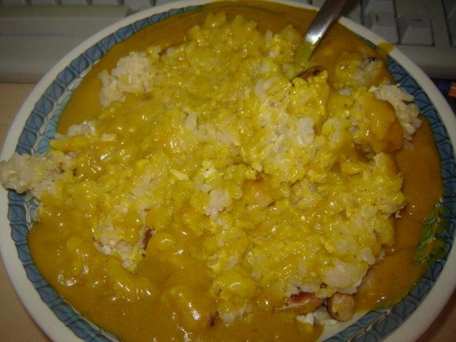 Paistettua riisiä ja cashew pähkinöitä currykastikkeessa