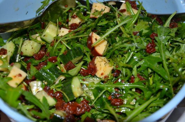 Rucola-juusto-salaatti chilikastikkeella