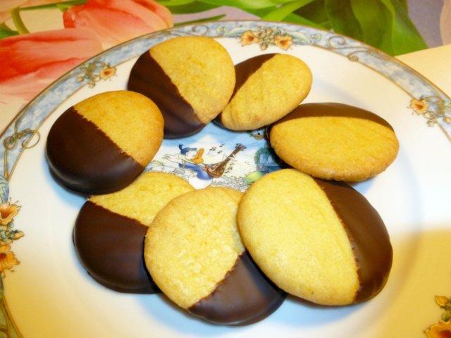 Appelsiinin makuiset suklaapikkuleivät