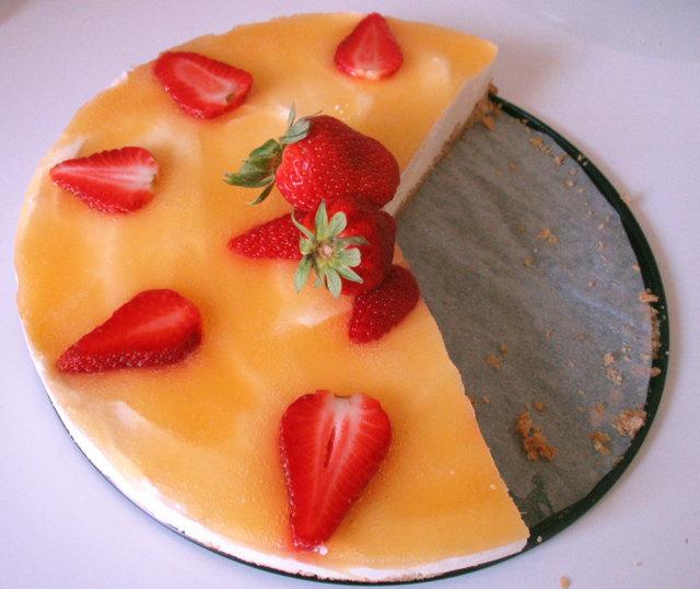 Aurinkoinen mansikka- juustokakku 1
