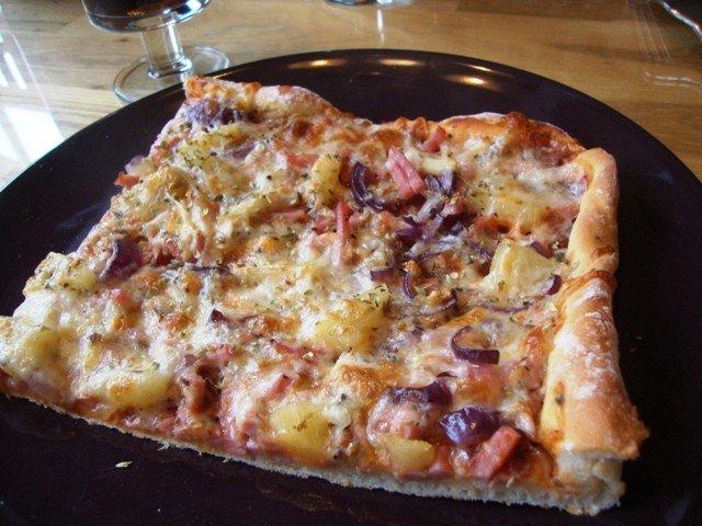Pizza (kinkku-ananas-punasipuli) 1