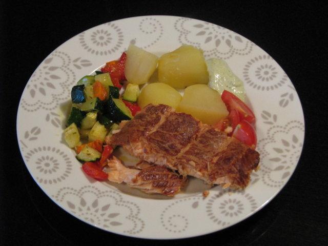 Grillissä savustettu lohi ja paahdettuja vihanneksia