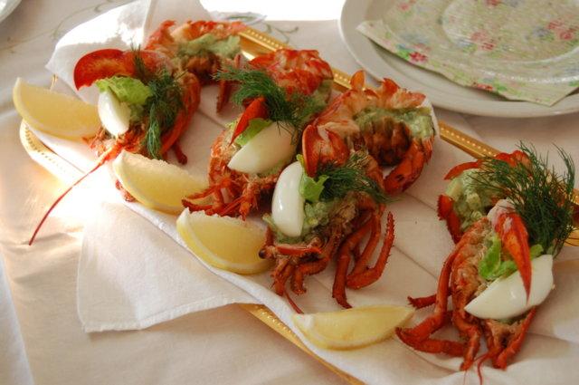 Hummerisalaatti kuoressaan