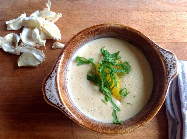 Keitto paahdetusta makeasta valkosipulista, leivästä ja mantelista