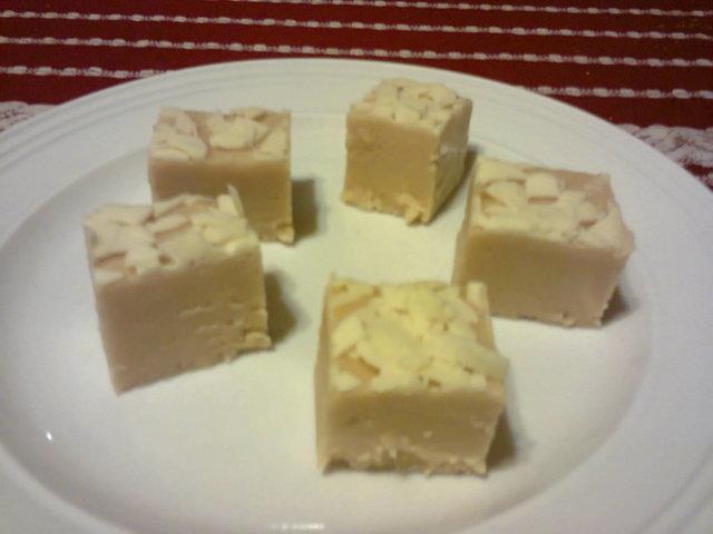 Valkosuklaata Vaahtokarkea Kermatoffee - Fudge 1