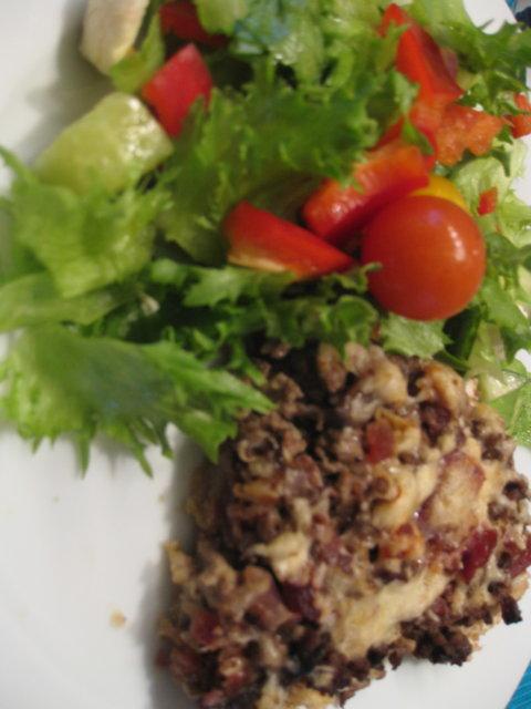 Täyteläinen jauheliha-sienipiirakka