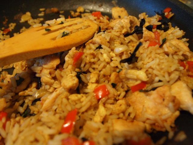 Kanaa ja paistettua riisiä