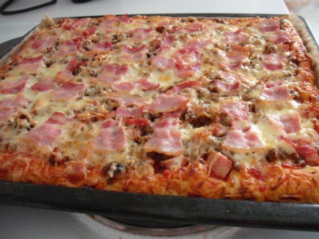 MEHEVÄ TUHTI PIZZA ( pellillinen )