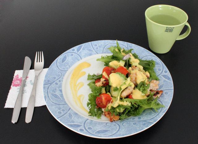 Avokado-kanasalaatti mango-jogurttikastikkeella 1