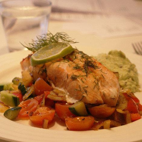 Limellä ja chilillä maustettua  lohta lämpimän salaatin ja  avokadotahnan kera 1