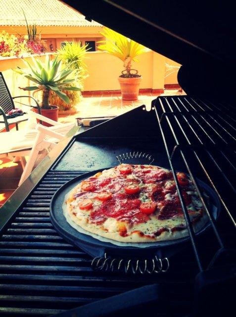 Pizza kaasugrillissä 2