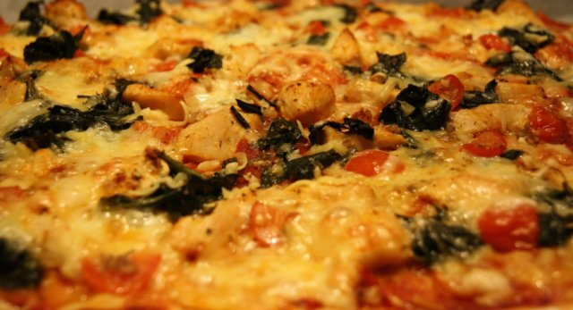 Mozzarella kana pinaatti pizza 1