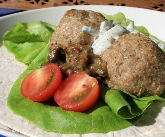 Kreikkalaiset lihapullat tzatzikin ja munakoisotahnan kera