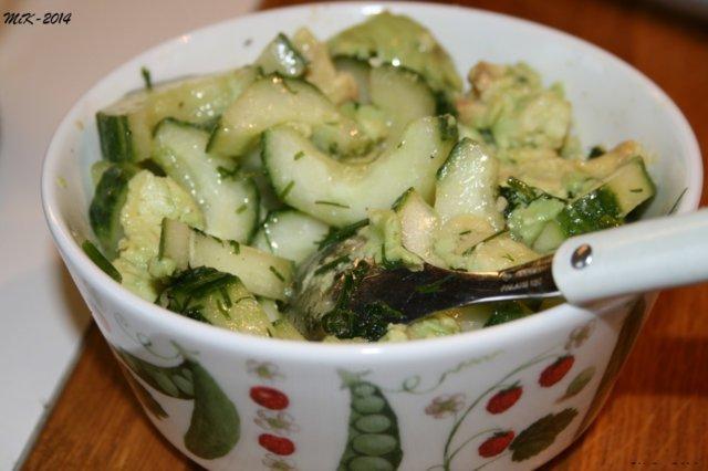 kurkku-avokado salaatti 1