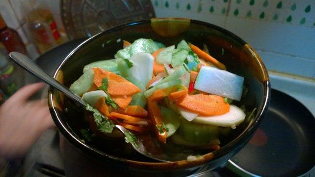 Hapan tulinen vietnamilainen salatti
