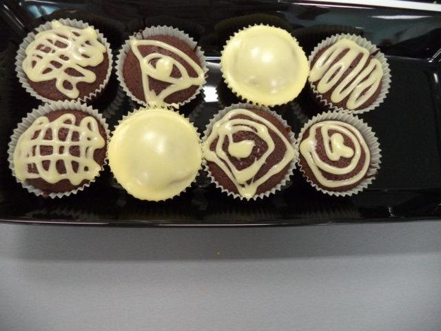 Suklaamuffinsit valkosuklaa kuorrutteella 1