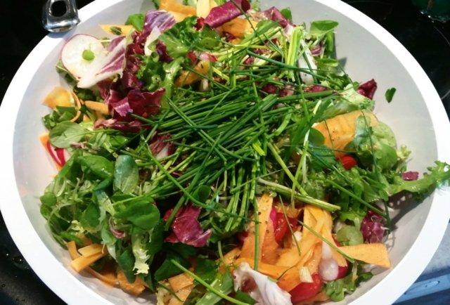 Kesäinen raikas salaatti 1