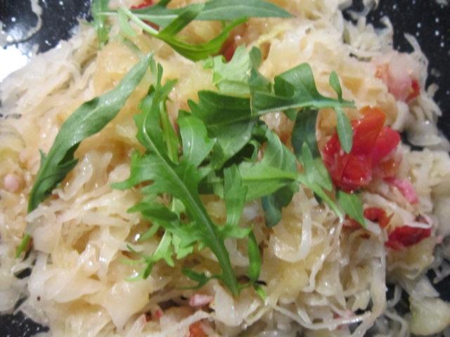 Reseptikuva: hapankaalia,tomaateja ja omenasosetta 1