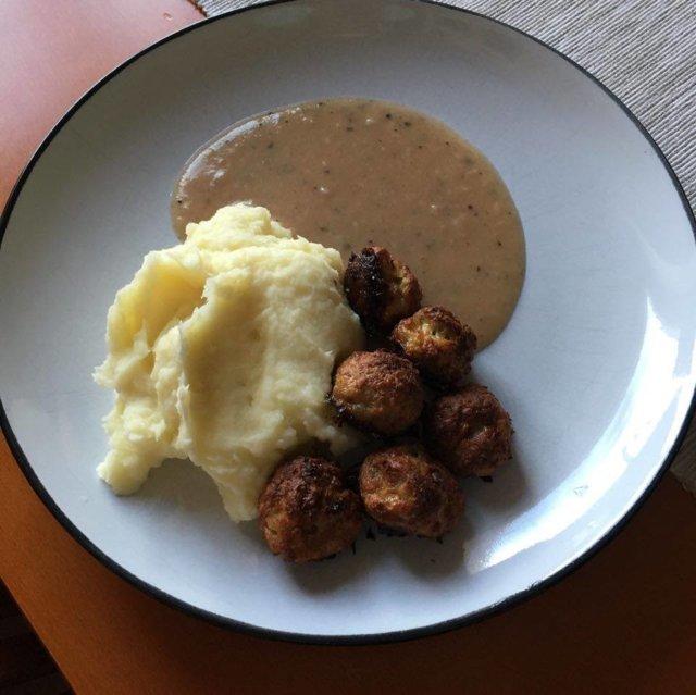 Lihapullat ja muusi ruskealla kastikkeella 1