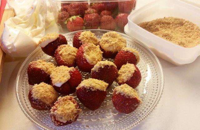 Juustokakkutäytteiset mansikat 1