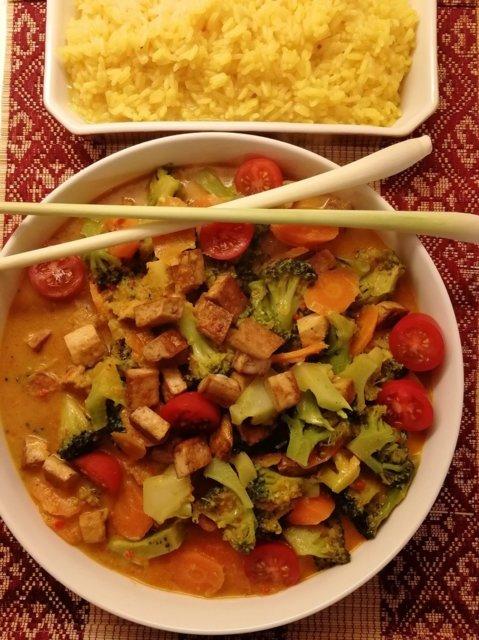 VietNAMilainen parsakaali-tofucurry