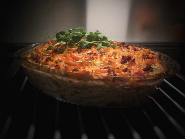 Tomaatti-mozzarella-makaronilaatikko