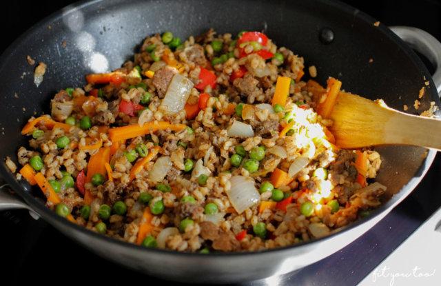 Härkis-wokki risotto taffelin dipillä maustettuna