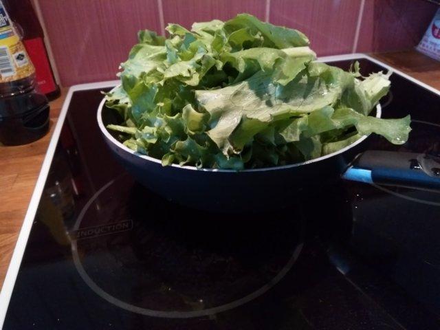 Paistettua salaattia.
