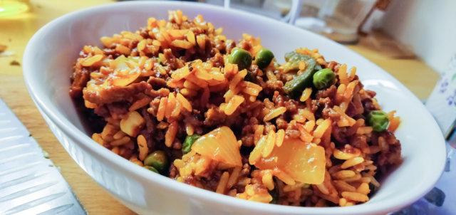 Riisiä ja jauhelihaa soijaisessa paprikamarinadissa