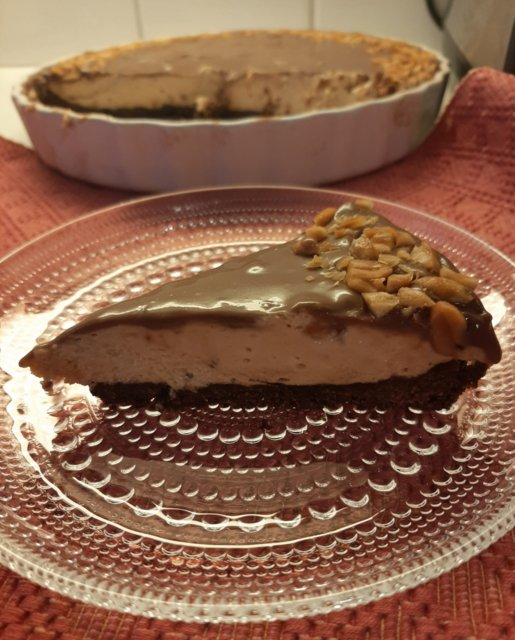 Suklaakuorrutteinen maapähkinävoikakku