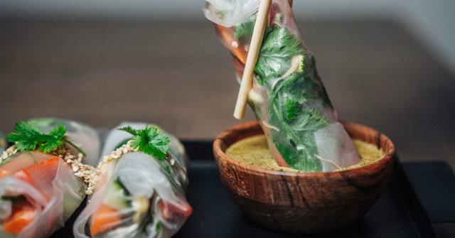 Vietnamilaiset kesärullat ja korianteri-seesamidippi 1