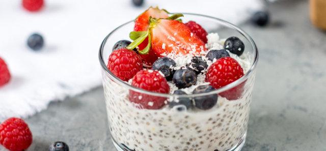 Reseptikuva: Kookos-vanilja -chiavanukas marjoilla 1