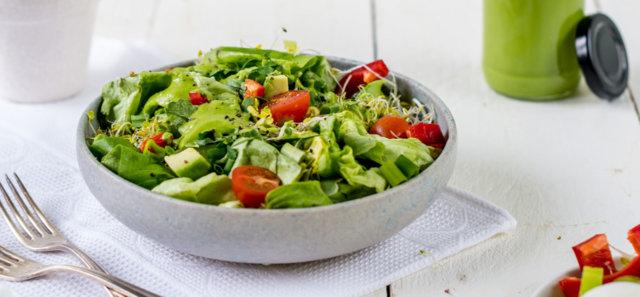 Reseptikuva: Salaatti vihreällä avokadokastikkeella 1