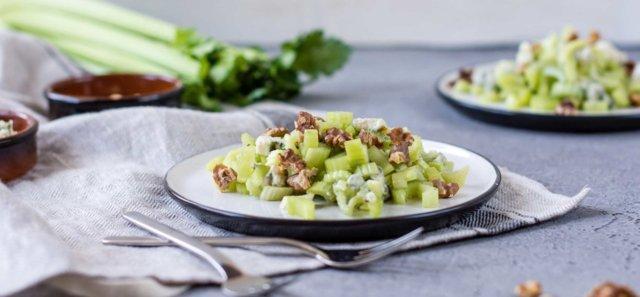 Reseptikuva: Sellerisalaatti paahdetuilla pähkinöillä ja roquefortilla 1