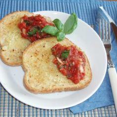 Bruchettaleivät eli paahdetut valkosipulileivät ja tomaattisalsa illanistujaisii