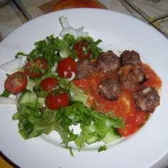 lihapullat tomaatti kastikkeesa + salaatti
