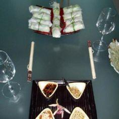 Vietnamilaiset kevätkääryleet ja neljä kastiketta