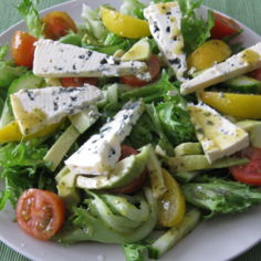 Avokado-sinihomejuusto salaatti