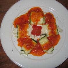 Kesäkurpitsaa halloumitäytteellä ja tulista tomaattikastiketta