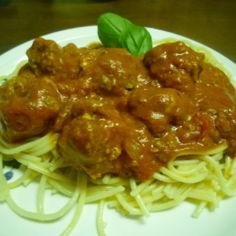 Mozzarellatäytteiset lihapullat tomaattikastikkeessa