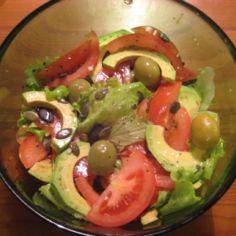 Tomaatti-Avokadosalaatti