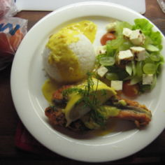 Lohimedaljonki riisillä ja sahramikastikkeella