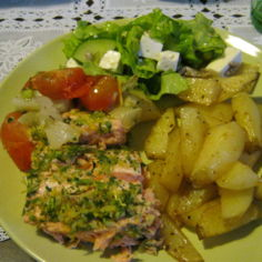 Uunilohi, lohkoperunat ja raikas salaatti