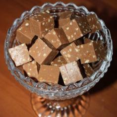 Maitosuklaa-pähkinäfudget