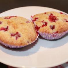 Puolukka-valkosuklaa muffinsit